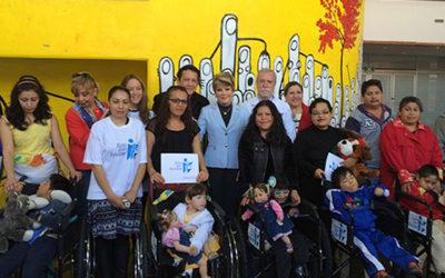 Entrega de sillas de ruedas para niños en el Hospital Infantil Federico Gómez