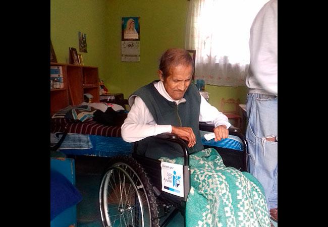A través del DIF Atlauta, Estado de México hicimos llegar sillas de ruedas a personas de comunidades de muy bajos recursos para que puedan desplazarse mejor.