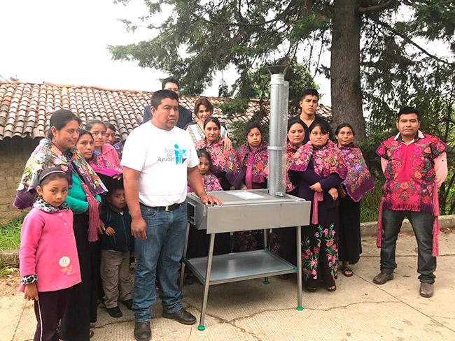 Entrega de ecoestufas en Zinacantan Chiapas a comunidades afectadas por sismos.