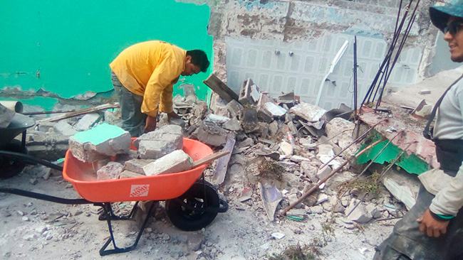 Artículos donados por clientes en los centros de acopio de The Home Depot México útiles en el retiro de escombros y reconstrucción.