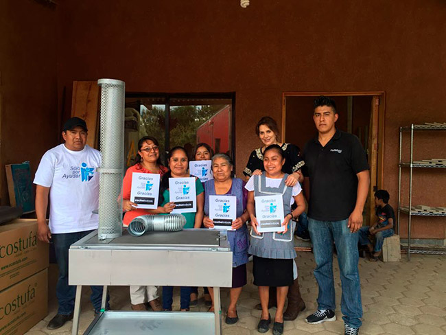Entrega de estufas ecológicas a familias de San Martín Tilcajete Oaxaca.
