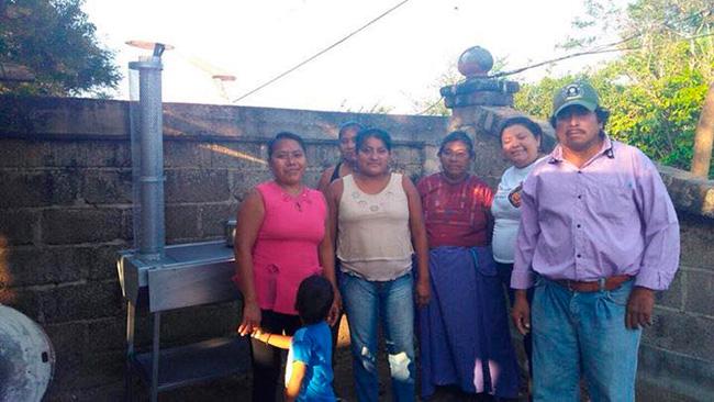 Entrega de ecoestufas en cocina comunitaria del Barrio Nuevo en San Mateo del Mar, lugar de artesanos y pescadores que perdieron su patrimonio a causa de los sismos ocurridos.