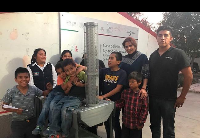 Niños del albergue Tepexi de Rodríguez en Puebla muy contentos armando su estufa ecológica. Gracias a quienes confían en nosotros para hacer llegar estos apoyos.