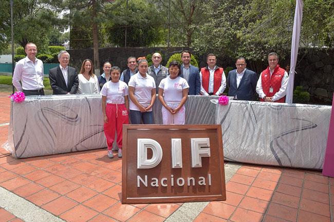 Entrega de reconocimiento a Sólo por Ayudar por el apoyo en el equipamiento del gimnasio para casa hogar para niñas «Graciela Zubirán Villarreal
